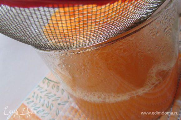 Затем процедить отвар через мелкое ситечко. Морковный жмых выбросить.