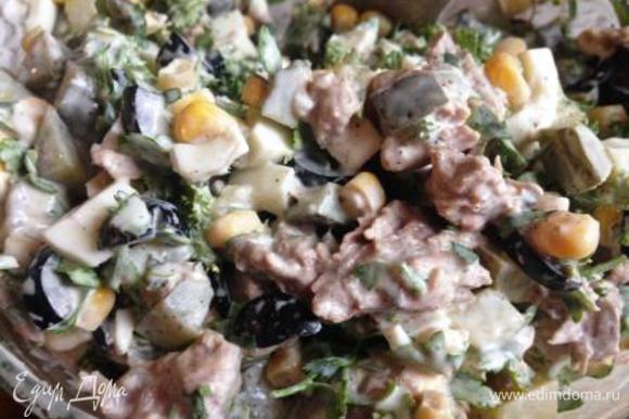 В миску сложить мясо, сваренные в крутую и нарезанные кубиком яйца (половину яйца оставить для украшения), огурец кубиком, отцеженную кукурузу, нарезанные произвольно оливки (15 шт. оставить для украшения), мелко порезанную петрушку (оставить немного для украшения), посолить, поперчить по вкусу, заправить майонезом и хорошо перемешать.