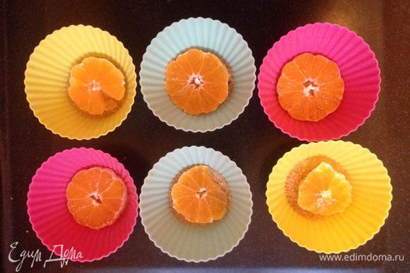 На сахар выложить колечки очищенного мандарина