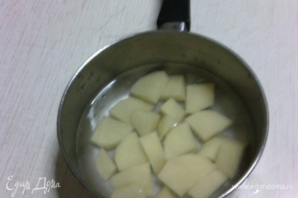 Картофель отварить до готовности. Затем размять в пюре, немного остудить. Если у вас есть готовое пюре, то можно использовать его. :)
