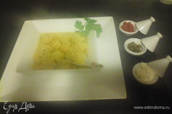 Пельмени кладем в кипящую воду (приправы и соль по вкусу) порциями на 10-15 минут ,выкладываем на тарелку с бульоном. можно добавить сметану ,harissa-Ариса ,каперсы!! приятного аппетита
