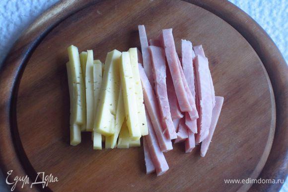 Ветчину и сыр нарезать тонкими полосками.