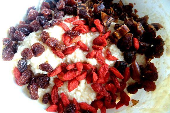 добавить вместе с ягодами в тесто,перемешать.