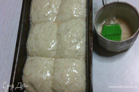 После расстойки смазать поверхность хлеба взбитым яйцом.