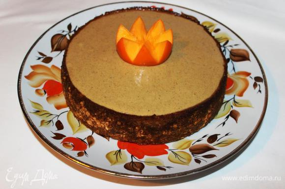Покрываем поверхность чизкейка соусом, украшаем по желанию (у меня корона из хурмы) и можно радовать себя и близких!!!