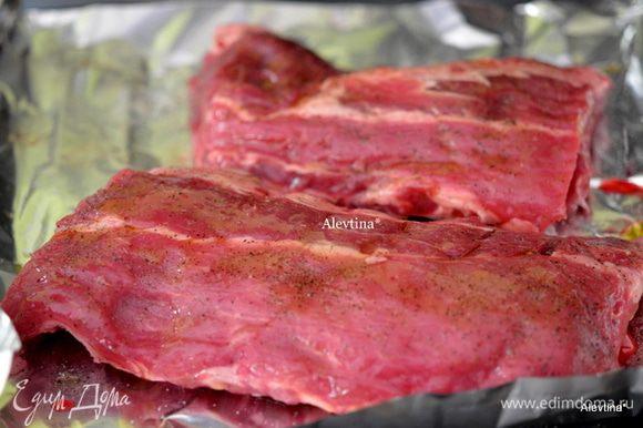 Ребра свиные порезать напополам, как на фото.