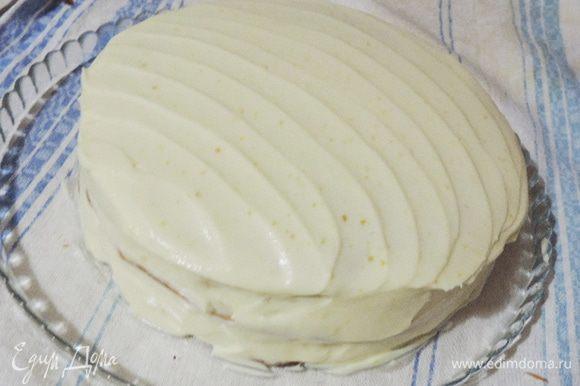 Торт обмазываем кремом.