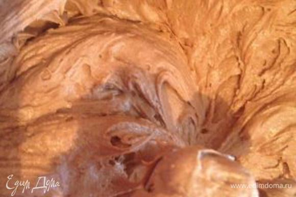 В сухой посуде соединить муку, разрыхлитель и какао, перемешать. Частями просеивать в масляную массу, не переставая взбивать.