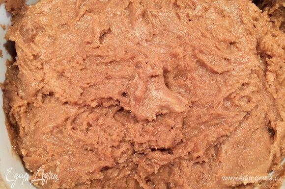 Смешать муку с разрыхлителем и добавлять понемногу к пряничной смеси. Дать тесту постоять в течение 3-4 часов. Затем перемешать тесто, чтобы оно получилось достаточно гладким.