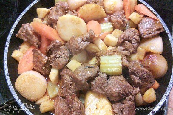 Возвращаем мясо в овощное рагу, убираем с плиты и полностью охлаждаем.