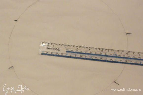 На пекарской бумаге нарисовать круг диаметром 25 см и разделить его на 7 равных частей. Перевернуть нарисованной стороной вниз.
