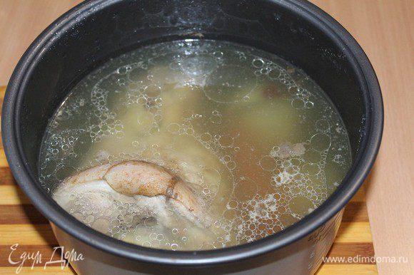 Рульку помыть, хорошо почистить ножом. Залить водой. Когда вода закипит 10-15 минут, слить воду, залить еще раз. Отварить до готовности 2,5 - 3 часа. Добавить в бульон перец горошком, душистый перец, лавровый лист, лук, чеснок, морковь.Во время варки рулька должна быть полностью погружена в воду.(я это проделала в мультиварке) Бульон посолить. Оставить рульку остывать в бульоне для сочности