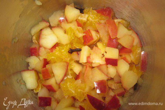 Порезать мандарин, добавить гвоздику, корицу и коричневый сахар. Сахар можно заменить медом. Помешать. Пряности и специи добавлять осторожно. Лучше добавить меньше, чем допустить перенасыщенность — иначе Вы испортите напиток.