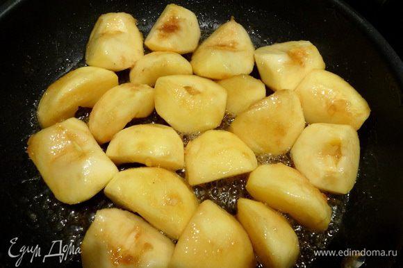 Теперь займемся яблоками. Очистить от кожуры, разрезать на четвертинки. В сковороде растопить сливочное масло, добавить коричневый сахар. Перемешать. Опустить в получившуюся карамель яблоки. Убавить огонь и тушить яблочки, периодически переворачивая, минут 10-15 до готовности и красивого цвета.