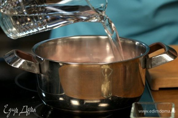 Варим мясо на медленном огне в течение двух часов. Соль добавляем только после полного приготовления мяса.