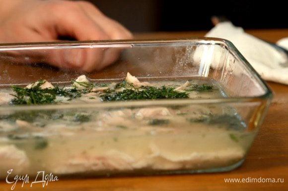 В тарелки или формы раскладываем мясо и заливаем полученным бульоном. Ставим в холодильник на ночь.
