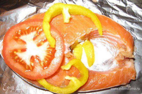 На фольгу выкладываем овощи, потом рыбу, сверху снова помидоры и перец. Так рыба никогда не прилипнет к фольге.