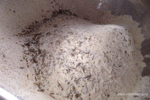 В миску просеять два вида муки, добавить соль, тимьян и розмарин. Перемешать.