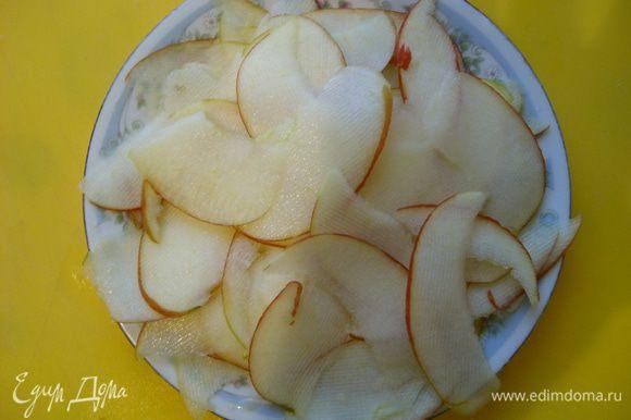 Взять кисло сладкое яблоко и нарезать дольками. Выложить на салат.