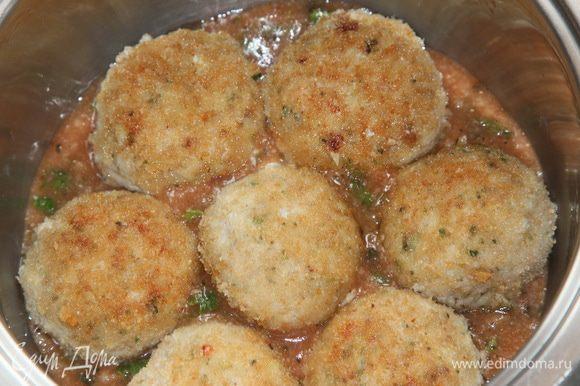 В сотейник выкладываем немного соуса, затем в один слой выкладываем фрикадельки.