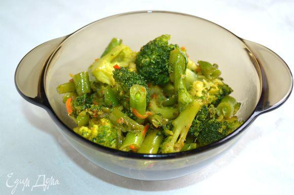 Приготовить начинку. Брокколи и стручковую фасоль разморозить на сковороде, добавить немного моркови и слегка обжарить с солью и приправой для овощных салатов.