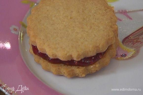 Половину печенья смазать вареньем и накрыть вторым печеньем такой же формы.
