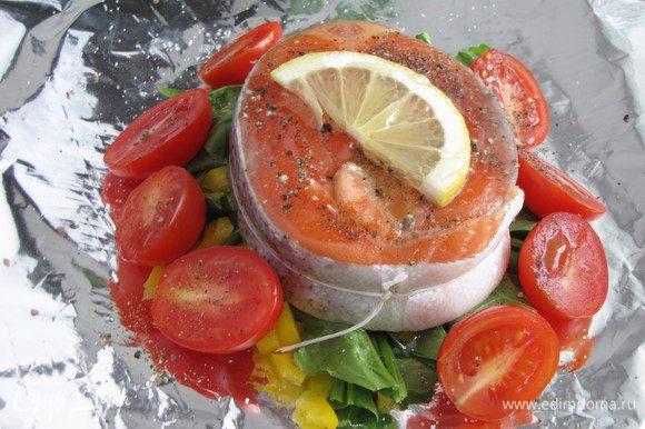Сверху на овощи выложить подготовленную рыбу, вокруг расположить помидоры черри. Сбрызнуть оливковым маслом, игристым вином, посолить, поперчить. Сверху положить пластик лимона.