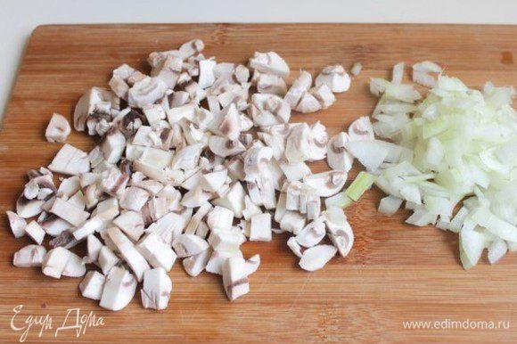 Итак, берем шампиньоны, лук, яйца, морковь я уже сварила, и грудка у меня вареная. Почистим грибы и нарежем. Лук тоже надо нарезать. Обжарим все на масле. И откинем на дуршлаг, чтобы масло стекло.
