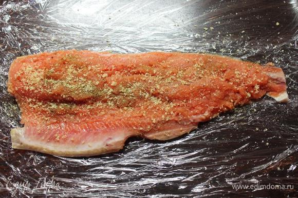 Обе части посыпать специями для рыбы или вашими либимыми приправами, при необходимости солью и перцем, сбрызнуть лимонным соком. Равномерно посыпать филе желатином (по 1 ст.л. на половину тушки).