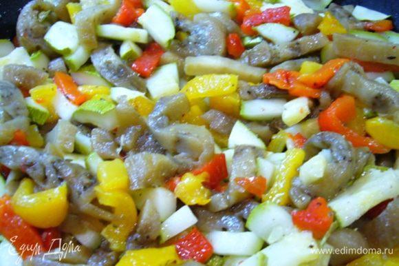 Соединить все ингредиенты салата. Приправить солью и перцем.