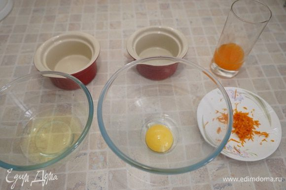 Включать разогреваться духовку до 170 гр. Формочки слегка смазать сливочным маслом. Разделить яйца на белки и желтки. Белки пока убрать в холодильник. Выжать из мандаринов сок, процедить. Натереть цедру 2 мандаринов.