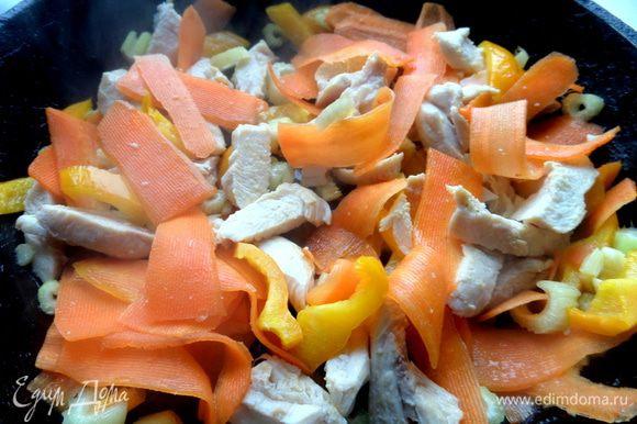 Обжариваем овощи на масле, добавим курочку.