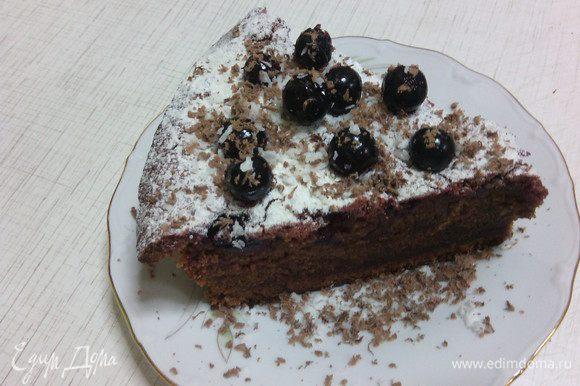 Остудить пирог, присыпать сахарной пудрой, украсить ягодами смородины.