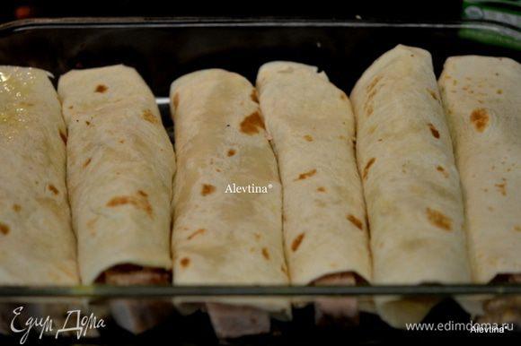 Выкладываем поверх лепешки свинину. Можно добавить к ней замороженную кукурузу,1 ст. л. на лепешку.Заворачиваем и выкладываем каждую лепешку на смазанную форму.