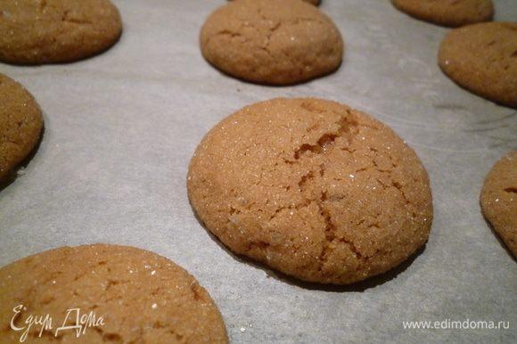 Выпекать 6-8 минут или до появления первых трещинок на поверхности печенья.