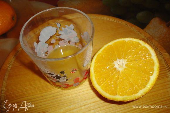 Сначала подготовим вишню. Ее нужно проварить в сиропе. Для получения 100 мл сока мне понадобился один крупный апельсин. Выжимаем сок.