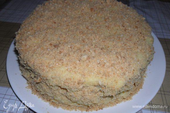 Перемазываем коржи, на один корж идет 2-3 столовых ложки крема. С коржами обращаемся очень аккуратно, лучше перекладывать лопаткой. Кусочки помещаем в кулечек и несколько раз качалкой раскатываем, чтоб превратить в крошку. Посыпаем торт. Если нужно, чтоб торт был готов сразу, то перемазываем теплым кремом и тогда через 10 минут режем и кушаем. Мой Наполеон был разрезан сразу же после того как был намазан кремом.