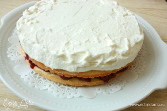 Сливки взбить с ванильным сахаром до устойчивых пиков и распределить поверх второго коржа.