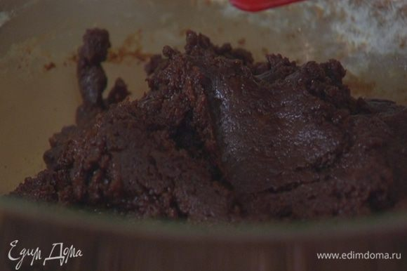 В муку влить шоколадно-яичную массу и вымешать тесто.