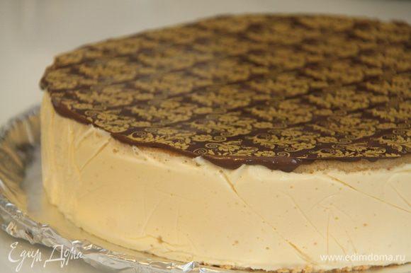 Можно вовсе не покрывать торт глазурью, а сделать верхушку из натурального шоколада! Приятного чаепития)))