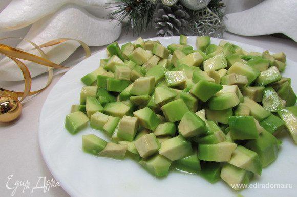 Авокадо почистить, порезать мелким кубиком. Сбрызнуть соком лимона.
