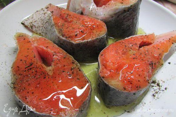 Выложить стейки сёмги в смазанную оливковым маслом форму и запекать в духовке при 180 градусах, примерно минут 20-25.
