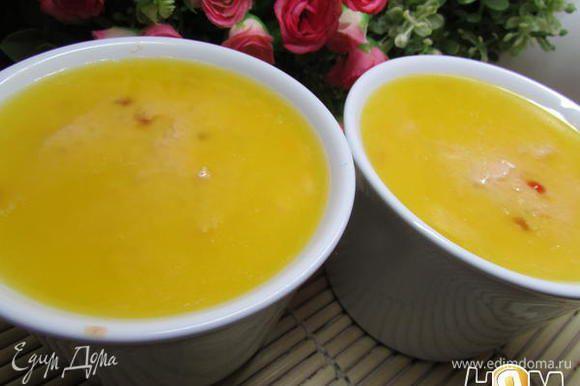 Аккуратно вылить верхнюю часть масла в каждую формочку поверх паштета.