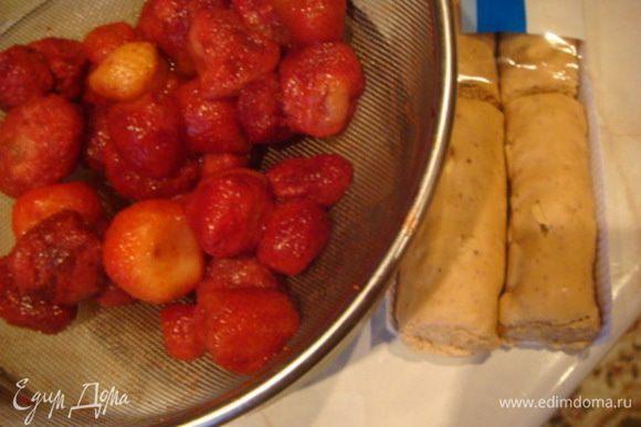 Ягоды в сито и конфета мягкая ириска (коровка) 70 гр.