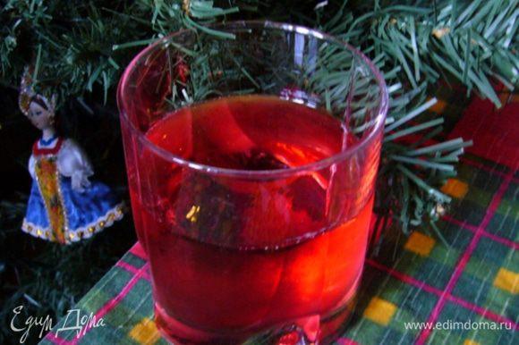 Хранится такая вода долго и со временем становится только вкуснее. Вот так к новогоднему застолью получается чрезвычайно полезный здоровый напиток! А моченую бруснику ни в коем случае нельзя выбрасывать! Ее можно использовать в выпечке, приготовить из нее взвар – для подачи жареного гуся или окорока. Да и просто с сахарком – вкусно! Будьте здоровы и счастливы!