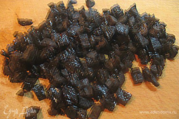 Чернослив порезать на маленькие кусочки. Специи завернуть в марлечку, с половины апельсина снять цедру.