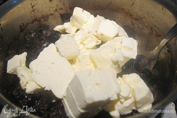 Снять с огня и сразу добавить порезанное мелкими кусочками масло. Быстро перемешать до растворения масла.