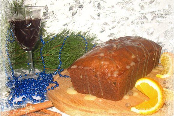 Глазурь смешать сок лимона и апельсина, добавить сахарную пудру и хорошо перемешать. Остывший кекс полить глазурью.