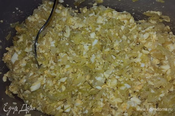 Соединяем капусту и яйца, тщательно перемешиваем.