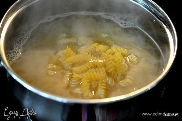 Разогреть духовку на 180 гр. Приготовить пасту как сказано на упаковке.